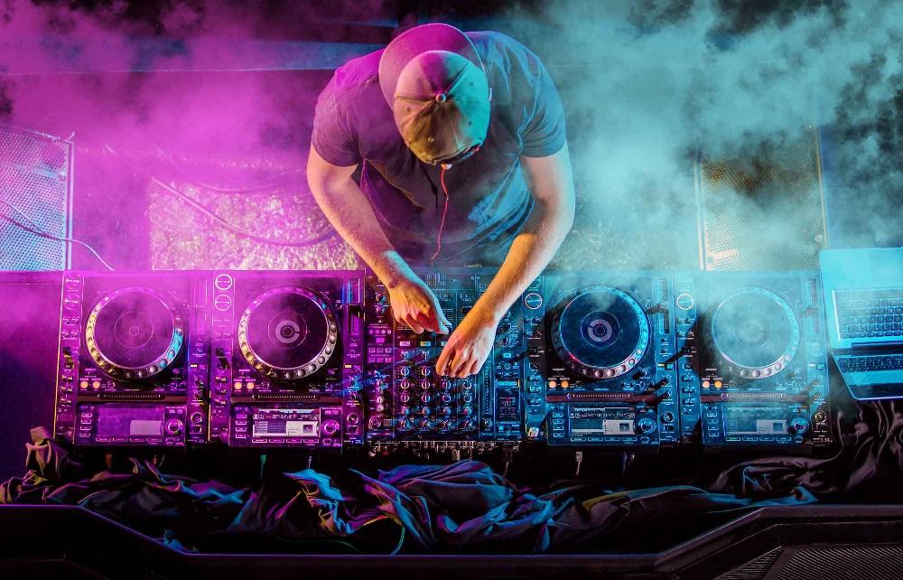 Alat Musik Yang Digunakan Disk Jockey Atau Yang Biasa Disebut DJ